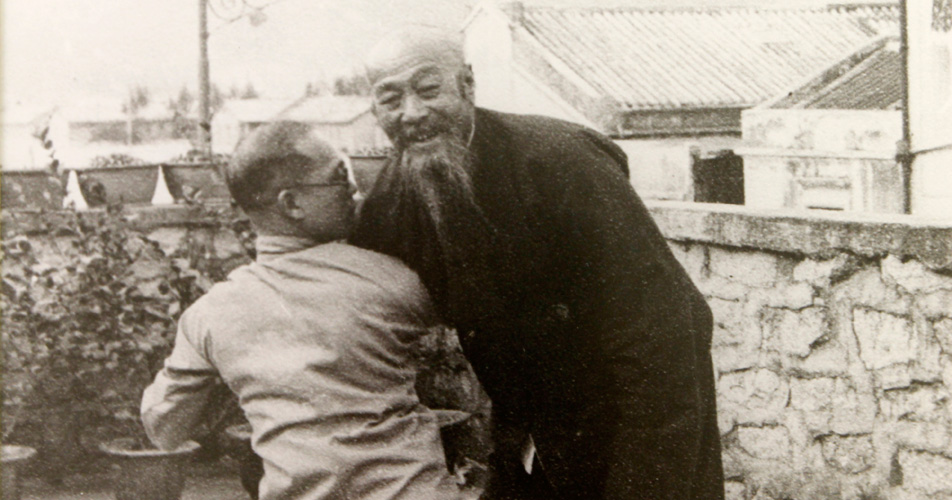 Grand-Master-Wu-Chien-Chuan-with-his-student-4